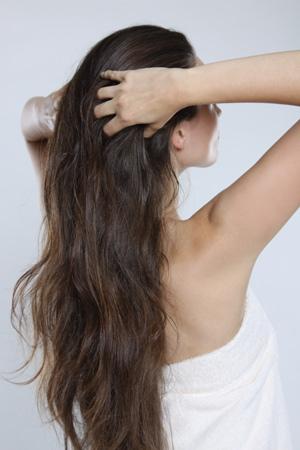 """Pflege """"Geben"""": Da die George Michael-Kuren besonders tief in das geöffnete Haar eindringen, hält der Effekt lang an."""